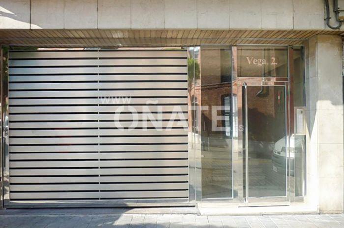 Vega 23. Puerta Garaje inox con lamas estilo santa maria